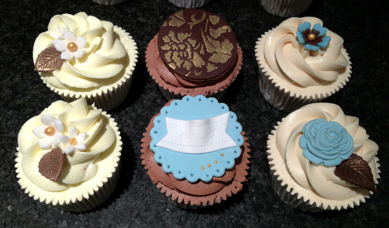 chocolate-and-blue-themed-cupcakes