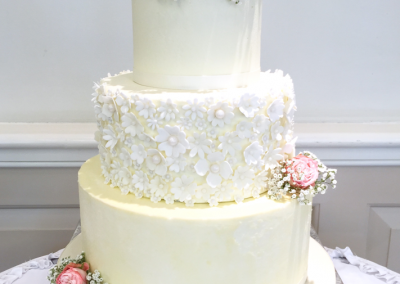 flossiepops_buttercream-and-fresh-roses-wedding-cake