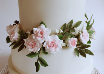 flossiepops_rose-garland-and-pearls-wedding-cake