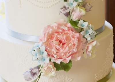 flossiepops_sugar-flowers-wedding-cake-detail