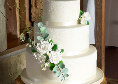 flossiepops_white-roses-and-lace-wedding-cake