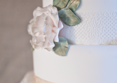 kerry-ann-duffy-photography_flossiepops_winters-romance-wedding-cake-2