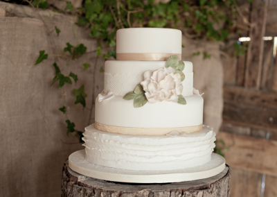 kerry-ann-duffy-photography_flossiepops_winters-romance-wedding-cake-1